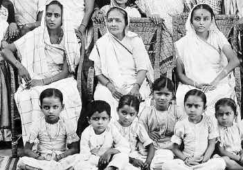Image showing Kasturba Gandhi with her hosts in Coimbatire, India