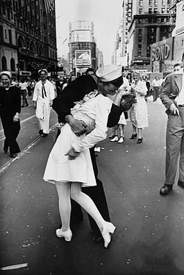 Legendary_kiss_V-J_day_in_Times_Square_Alfred_Eisenstaedt प्रतिमा